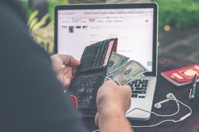 peníze v černé peněžence, počítač